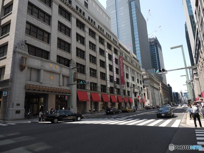 ネット通販でお買い物も便利ですが、たまには百貨店やデパートに足を運んで、建物の美しい外観や内装、その歴史に触れてみてはいかがでしょうか?きっと、今までは気づかなかった新しい発見があるかもしれませんよ。
