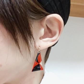 三角形のモダン柄のピアス。簡単に穴が開けられるので、ピアスやネックレスなど自由自在にアレンジできるのも魅力です。