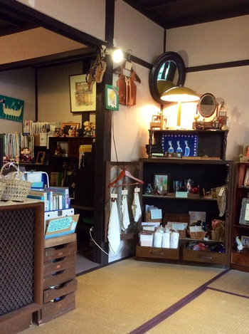 本棚や木箱、雑貨などがたくさんディスプレイされた店内を見ているだけでも楽しい。作家さん手作りのかばんやアクセサリー、イラストなども販売しているので、旅の思い出にいかがでしょうか?
