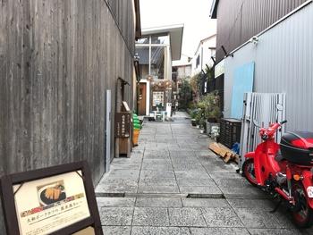 近鉄奈良駅から歩いて10分ほど、路地裏にある「PAO ならまち」。石畳の奥がお店の入り口で、ステキ空間へと誘ってくれます。