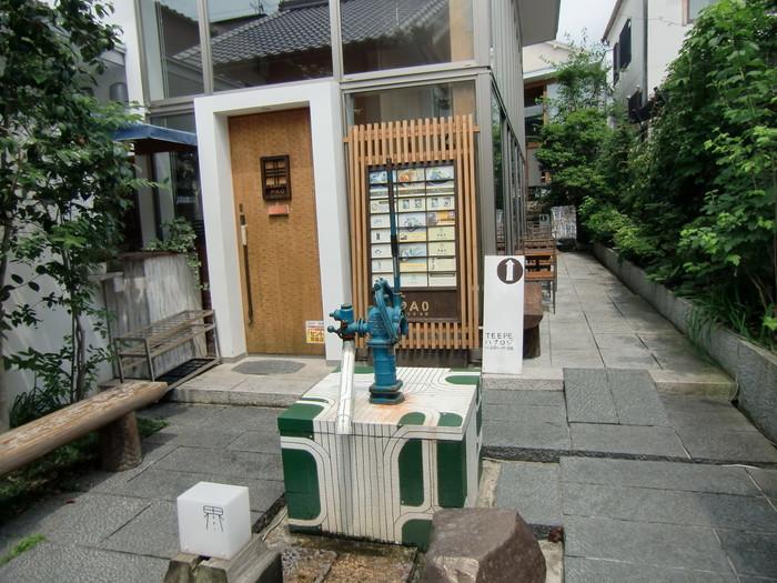 こちらのカフェは、ギャラリーや工房などの集合店舗「界」の敷地内にあります。入口の前には青い井戸がありノスタルジックな雰囲気です。