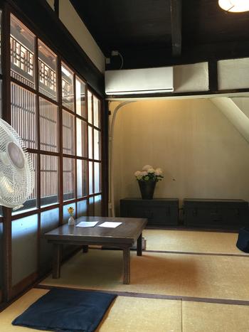 ならまちの町家造りは、風量や日差しの調整に適した格子戸が特徴。暑い奈良の夏を快適に暮らすための工夫があちこちに見られます。