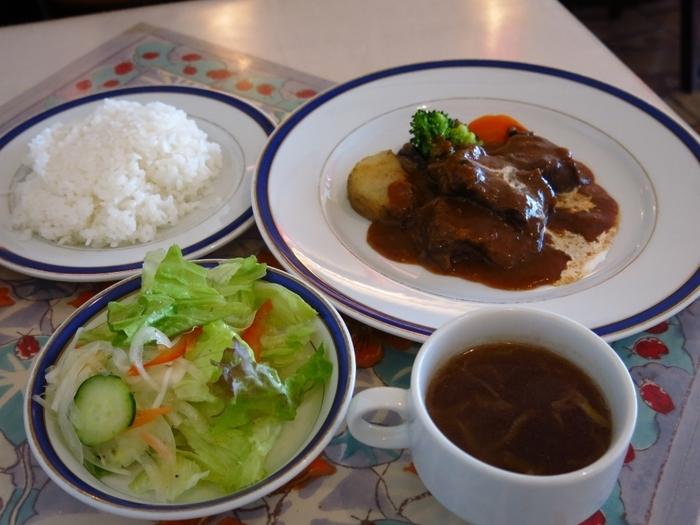 ランチメニューの定番はビーフシチューとタンシチュー。サラダとスープ、ライスもつきます。なつかしくレトロな雰囲気を、美味しい料理とともに味わいましょう。
