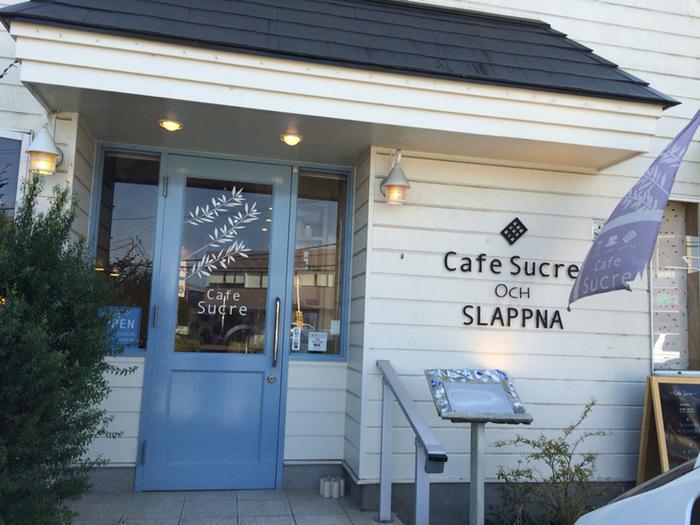 京成佐倉駅から徒歩10分、パステルブルーのドアが可愛らしい「Cafe Sucre(カフェシュクル)」。国立歴史民俗博物館からは徒歩5分、国道296号沿いにあるのですぐに見つけられますよ。