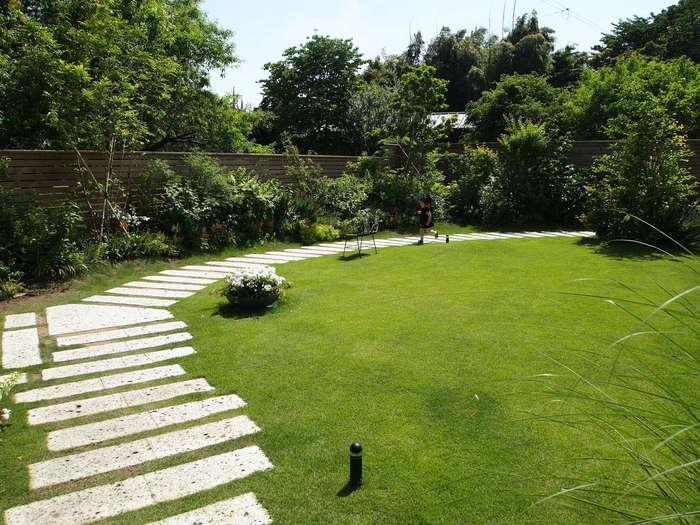 手入れが行き届いた庭に出ることもできます。緑が心地よいお店は、夏の避暑地を訪れたような気分が味わえますよ。