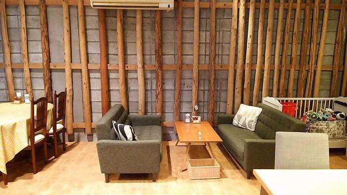 米蔵を改装した店内は、「古いもの」と「新しいもの」がミックスされた空間。ウッディな店内にゆったりと設けた席は、居心地がよく長居したくなります。
