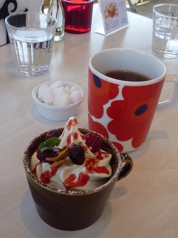女性に大人気のマリメッコのマグカップにたっぷりと注がれたコーヒー。これからの季節は、北海道ミルクソフトクリームと自家製クランブル、ミルクプリン、バニラケーキが入ったひんやりデザートがおすすめです。