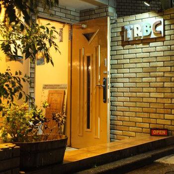 JR総武線の千葉駅から徒歩7分、シックなレンが調の外観の「TREASURE RIVER Book Cafe(トレジャーリバー ブックカフェ)」は、アート本とおいしいコーヒーに出会えるブックカフェです。