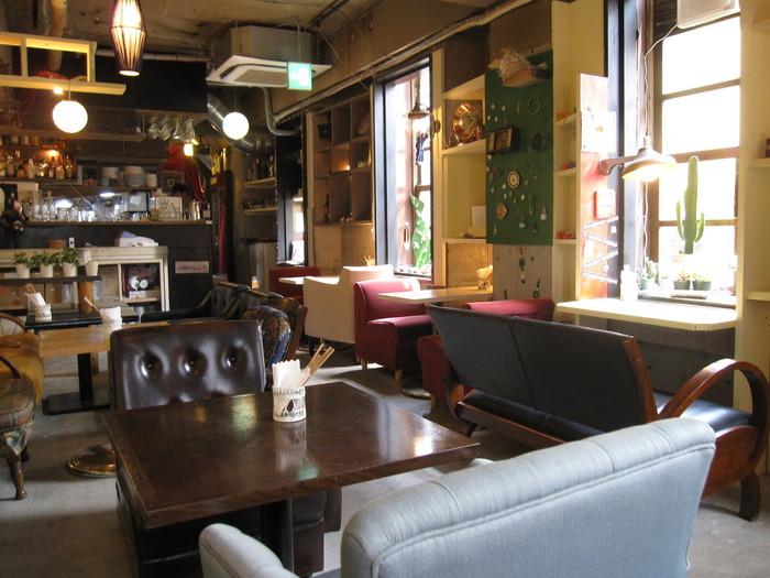 洋館のアトリエがコンセプトの「ブリキボタン下北沢」。アンティーク雑貨がいっぱいの店内は、画家や時計職人、洋裁職人などの部屋に見立てられたワクワクする空間です。