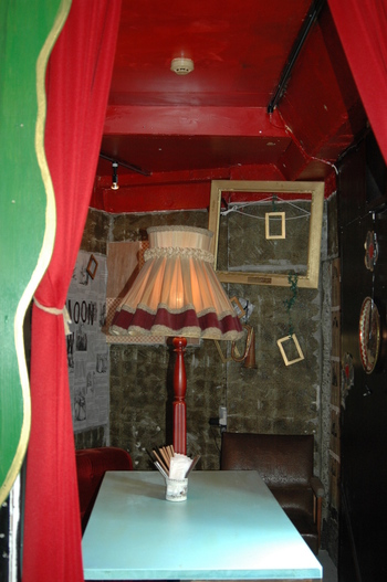 芝居小屋風の個室も。それぞれの物語を空想しながら、楽しいランチタイムを過ごせます。