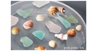 『シーグラス』とは海辺や大きな湖の湖畔で見つけることのできるガラス片のこと。まるで宝石のような美しさを放ちます…。