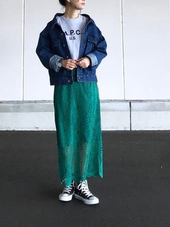繊細な総レースのスカートもグリーンを選べば、センシャルになりすぎず、ヘルシーに着こなせますよ。