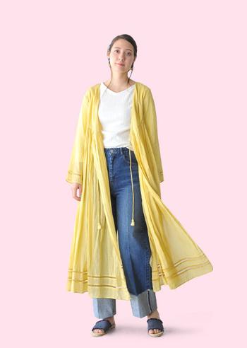 インド綿のナチュラルで軽い風合いが夏らしいロングカーディガン。カシュクール仕立てになっていて、前をしっかり紐で結べばワンピースとして着こなすこともできます。重ね着したり、一枚で着たり、色の見せ方を変えて、いろんなスタイリングを楽しめそうです。
