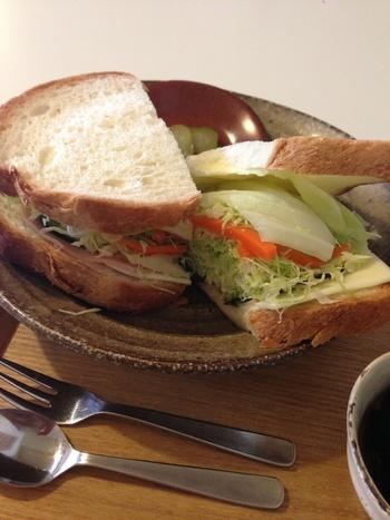 野菜たっぷりのハムチーズサンドやBLTサンド、オムレツとベーコンのサンドなどから1種類選べるランチは、サラダとコーヒー、デザートもセットです。