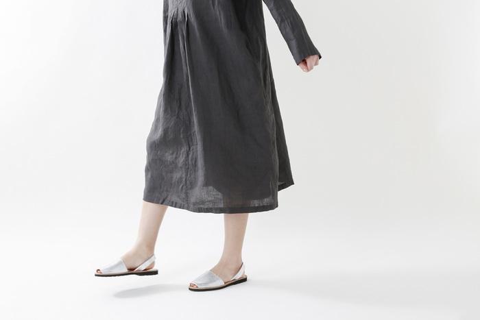 夏が近づくにつれて手に取りたくなるのがリネン素材の洋服。他の素材に比べて吸水性に優れているので、汗ばむ季節でもさらっと快適に過ごせます。