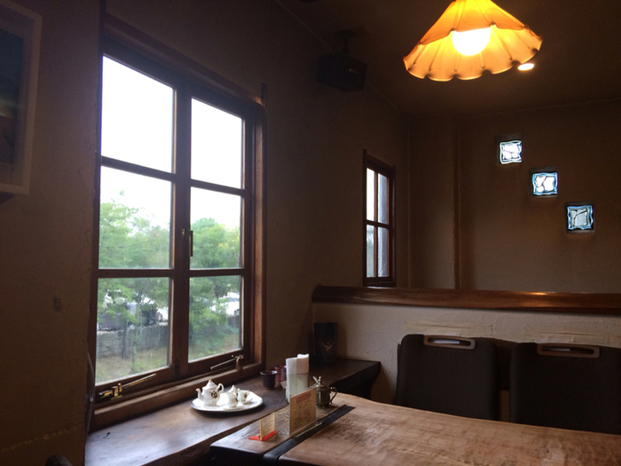 2階のカフェスペースからは向かいの公園が見え、晴れた日は鮮やかな緑が、雨の日はしとしとと濡れる様子を眺めることができます。