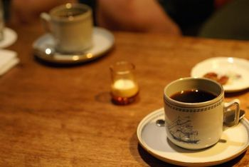"""マスターの池田さんがコーヒーを淹れる時に一番神経を注ぐのは""""雑味を出さないこと""""だそう。そのこだわりの味には、コーヒー通も納得。何度も通うリピーターさんも多いんですよ。こちらででは、砂糖やクリームを入れておいしくなるコーヒーや、ブラックがおすすめのコーヒーなどいろいろな種類が楽しめます。マスターに聞きながら、好みの一杯を味わってみては?"""
