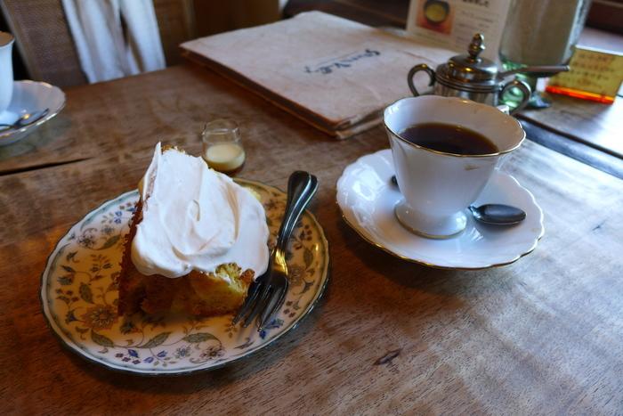 コーヒーと一緒にいただきたいスイーツのひとつが、シフォンケーキ。ふわふわの生地にたっぷりの生クリームは、コーヒーのおいしさをより引き立ててくれます。