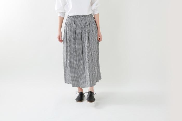 素朴な雰囲気が愛らしいナチュラルなギャザースカート。ウエストの下に切り替えが施されていてウエストラインはすっきり。腰下からはふんわり女性らしいシルエットを描きます。トレンドのトップスインも様になるのがうれしい◎。