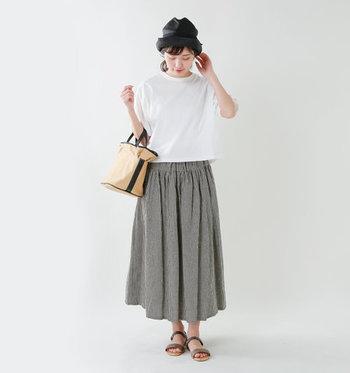 真っ白なTシャツを合わせたリラックスコーデも上品な仕上がりに。ストローハットやカゴバッグとの相性もバツグンです◎。