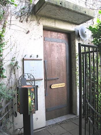 階段を上るとアンティーク風のドア。こちらのカフェは、お蕎麦屋さん「竹やぶ」の敷地内にあるちょっと変わったお店なんです。