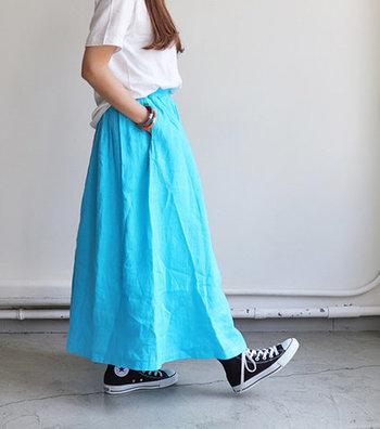 洗いのかかった麻素材を使ったふんわり柔らかなロングスカート。ボリュームのあるシルエットですが、フロントはフラット仕様になっているのでトップスインもすっきり決まります。