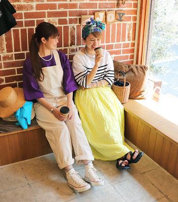 レモンやレッドなど、着ているだけで明るい気持ちになれそうなカラー展開も魅力。カラフルなスカートは、トップスがシンプルでもオシャレ上級者さんに見えるから一枚あると頼りになりますよ!