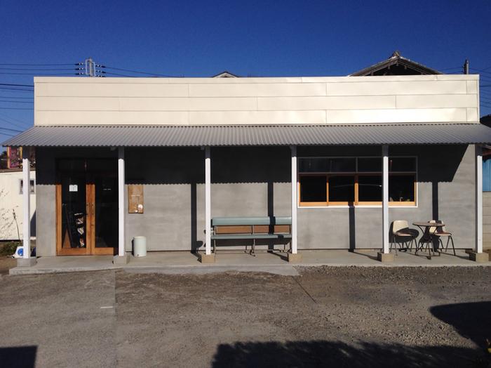 八千代台駅から車で10分ほどのところにある「iijima coffee(イイジマ コーヒー)」は、シンプルですっきりとした平屋の一軒家のカフェです。