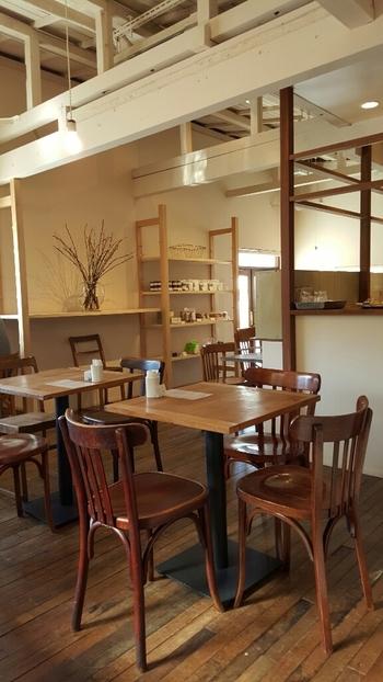 白い梁と壁、ブラウンのフローリングや家具など、あたたかな温もりを感じるシンプルな店内。