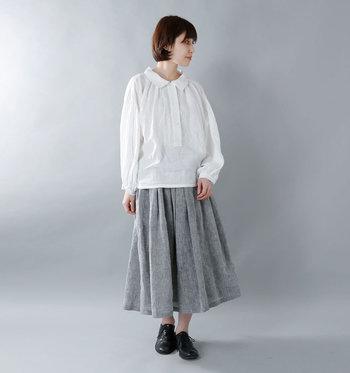 後ろの方が丈が長いデザインになっているのでパンツスタイルもすっきり決まります。ロングスカートを合わせたリラックスコーデも、品良くまとまるのでうれしい。