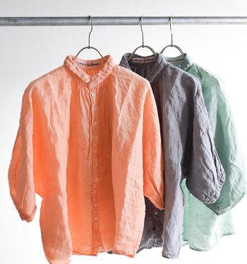 ほんのり透け感のある軽やかなリネンシャツは、ふんわり軽い、柔らかな着心地が魅力。立体的なドルマンスリーブがデザインのポイントで華奢な手首を演出します。ベーシックカラーはもちろん、ピンクやグリーンなど淡いキレイ色もおすすめ。