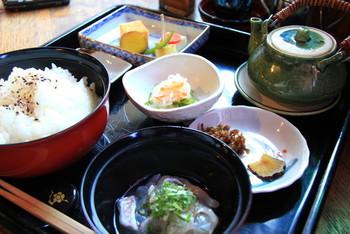 名物は、瀬戸内の鯛を酒や昆布に漬け込み旨みたっぷりの「鯛いろは漬け」。わさび醤油とご飯でいただき、最後は出汁をかけて「鯛茶漬け」にすると◎ 自家焙煎のコーヒーや手作りデザートもおすすめです。
