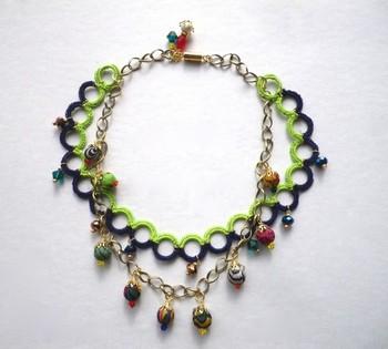 ビーズのついたチェーンとかぎ針編みのネックレスを組み合わせ、キラキラ感を加えたネックレス。夏は首元を大胆に彩ってみませんか?