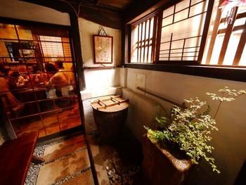 江戸時代の面影を残す大きな梁や中庭の蔵、台所などがある空間でゆったりした時間を過ごせます。