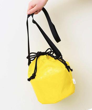 メッシュ×ビニール、イエロー×ブラック、ポップなコンビネーションの巾着バッグ。気軽に使える素材感は、天候が変わりがちなアウトドアやフェスで携帯するのにもおすすめです。