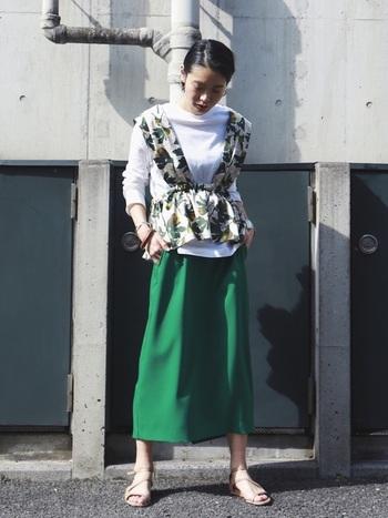 濃く深いグリーンが大人っぽいタイトスカート。ゆとりのあるシルエットが程よい加減で、抜け感あるコーデをさらりと完成させてくれます。トップに重ね着した柄もののブラウスがまた素敵。こんな遊び心のあるスタイリングもできるし、たださらりと白Tシャツを合わせるだけでも様になる。期待以上に、重宝しそうです。