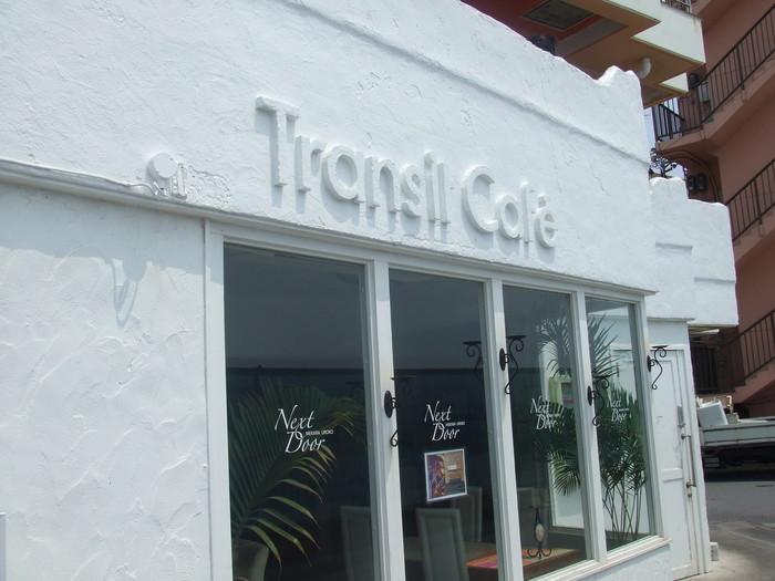 那覇空港から車で約1時間のところに位置するトランジットカフェ。沖縄に訪れたら1度は行ってみてほしいと言われているほどの絶景カフェとして有名です。