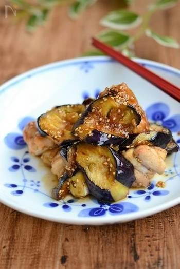 なすが美味しい季節に食べたいお料理。ゴマの風味と甘辛タレのハーモニーが食欲をそそる一品です。
