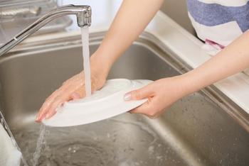 シンクでの作業はどんなものが多いでしょうか。食材を洗う・下処理・切るのはもちろん、食器洗いなど、お料理する前の下準備や後片付け、水まわりの作業をすることの多いシンクまわり