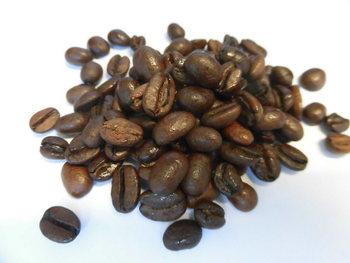 お店の中には、備長炭で焙煎した量り売りのコーヒー豆が35種類も並んでいます。どんなお味なのか知りたいときは試飲させてくれるサービスも。うまか珈琲、特上ブレンドなど独自のブレンドもおすすめです。