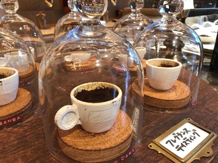 こちらのお店では6種類のコーヒーをメインに販売しています。考え抜かれた5種類のブレンドとハワイコナをそれぞれフレグランステイスティングすることもできます。世界中から届いたコーヒー豆は2階で焙煎され、1階で販売されています。