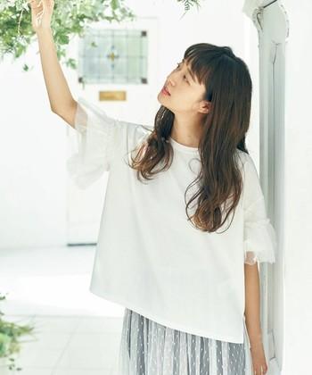 チュールの切り替えを袖にプラスした「earth music&ecology(アースミュージックアンドエコロジー)の袖コンシャスな白Tシャツです。ガーリーなスカートと合わせて甘い着こなしにしても、デニムと合わせてカジュアルに着こなしにしても◎