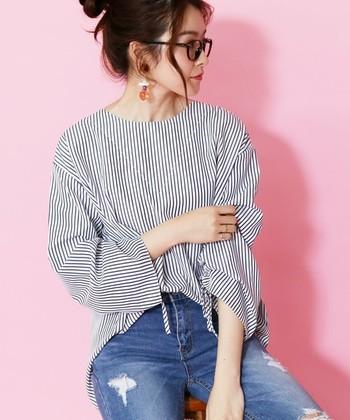 「reca(レカ)」の袖コンシャストップスは、袖にあしらったリボンで、ゆったりスリーブのシルエットを自分で調整できる仕様。ストライプのシンプルシャツだからこそ、袖に遊び心をプラスしてさりげない華やかさを楽しむのも良いですね。