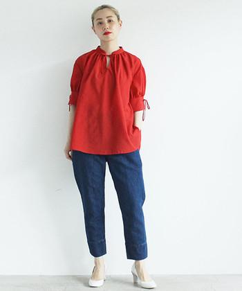 真っ赤な色が目を惹く「YEAR(イヤー)」のポリエステル素材で作られたブラウス。袖はカフを着けているようなデザインになっていて、シンプルなデニムやスカートと合わせるだけでも、存在感抜群の着こなしが可能です。