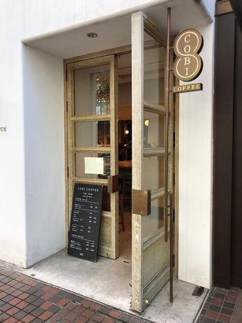 東京メトロ表参道駅から徒歩5分。骨董通り沿いにあるお店の一角にこぢんまりとあるお店です。静かな空気が流れるカフェで、カップ&ソーサーは松原竜馬さん特注のものが使われています。