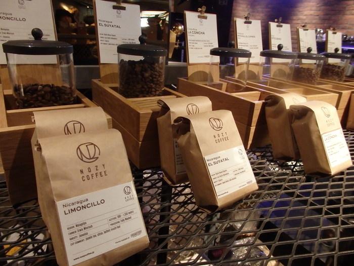 生産国ごとではなく、農園ごとにしっかりと分けられているコーヒー豆。シンプルですが、スタイリッシュなパッケージもとても素敵です。好みのフレーバーを伝えれば、スタッフさんがおすすめのコーヒー豆を丁寧に説明してくれます。