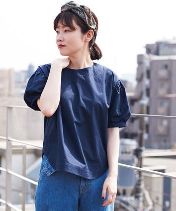 シンプルなネイビーTシャツの袖を、バルーンデザインに仕上げた「I am I(アイアムアイ)のトップス。前後の長さが違う仕様になっているため、二の腕やヒップの体型カバーにもぴったりな一枚です。ハリ感のあるタイプライター素材で、シンプルな中にも大人っぽさを演出しています。