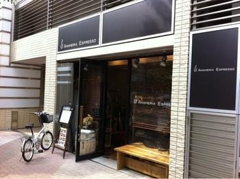 東急目黒線武蔵小山駅から徒歩3分ほどの距離にあるこちらのお店。世界各国から揃えたコーヒー豆の個性を引き出すために、独自に改良した完全熱風式の焙煎機を使って、日々、コーヒー豆を焙煎しています。