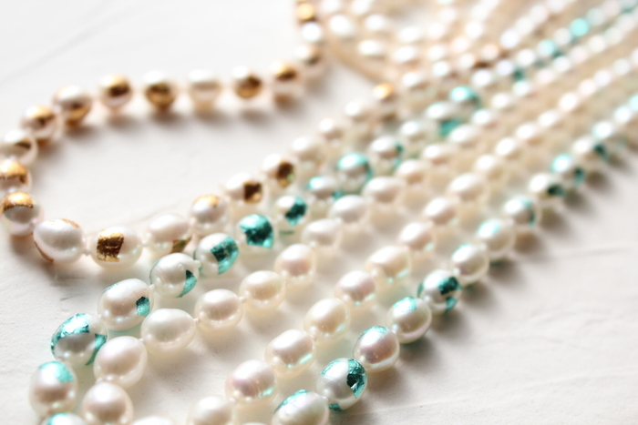 職人がネックレスひとつひとつ、手作業で箔を貼って仕上げているというハンドメイド品。二重か三重にした時は一連に当たる部分のみに箔が施されるデザインになっているので、シンプルながらも華やかさをしっかりアピールできます。