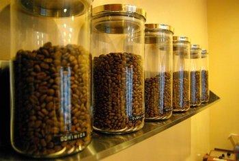 焙煎士がカッピングとサンプル焙煎を繰り返して厳選したコーヒー豆はどれもおすすめという逸品揃い。デカフェも奥深い上品な味わいで風味がよく、ハンドドリップに向いているそうです。